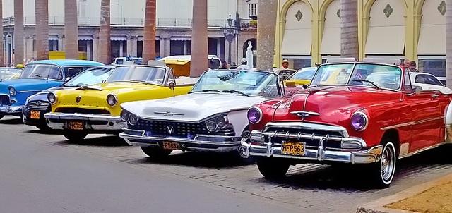 Xe hơi cổ trên đường phố Cuba