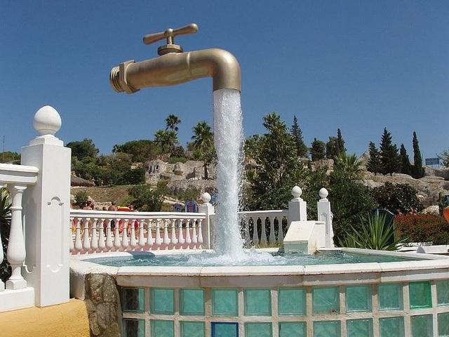 Vòi phun nước khổng lồ ở Aqualand, Cadiz, Tây Ban Nha.