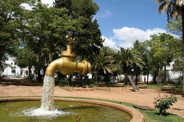 Một vòi phun khác được thiết kế trong khuôn viên công viên công cộng ở Olivenza, Tây Ban Nha