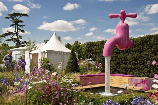 """""""Vòi phun nước ma thuật"""" nằm trong khuôn viên vườn hoa ở cung điện Hampton Court, London, Anh."""