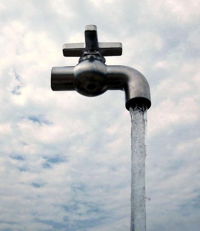 Nếu quan sát kỹ, du khách sẽ thấy ống dẫn nước khổng lồ màu trong suốt là bệ đỡ cho vòi phun. Hình ảnh chụp tại Aquafest, Grand Bend, Canada.