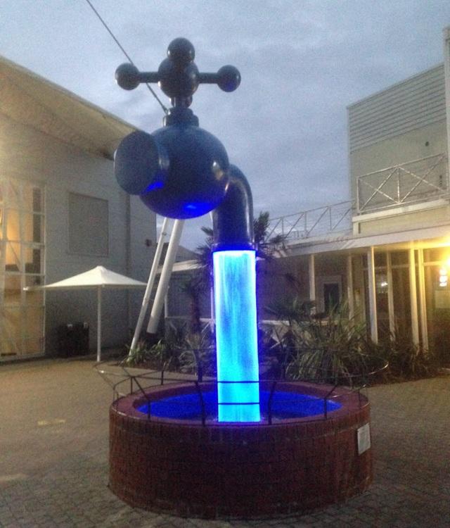 Một vòi phun khác thậm chí còn phát sáng, nằm tại trại nghỉ dưỡng Butlins, Skegness, Anh.