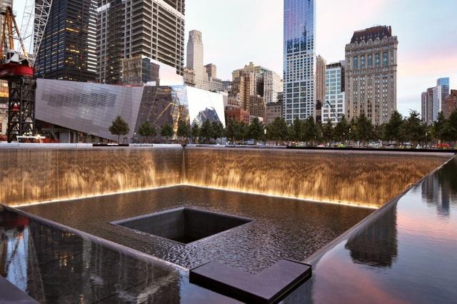 Đài tưởng niệm vụ 11/9 ở Mỹ vẫn nhận được số lượng tiền xu rất lớn hàng năm, dù du khách không được phép thả tiền xuống dưới