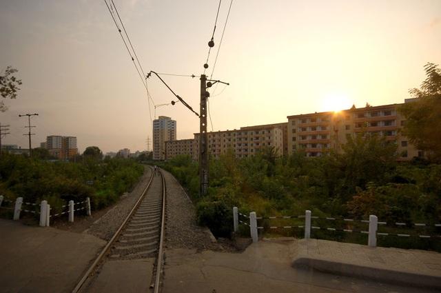 Hình ảnh một tuyến đường sắt trong buổi sớm tinh mơ được nữ du khách Joanna chụp trên đường về khách sạn.