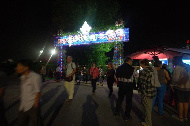 Trong chuyến đi của mình, cô có dịp tham dự một lễ hội bia quốc tế tổ chức tại thủ đô Bình Nhưỡng.