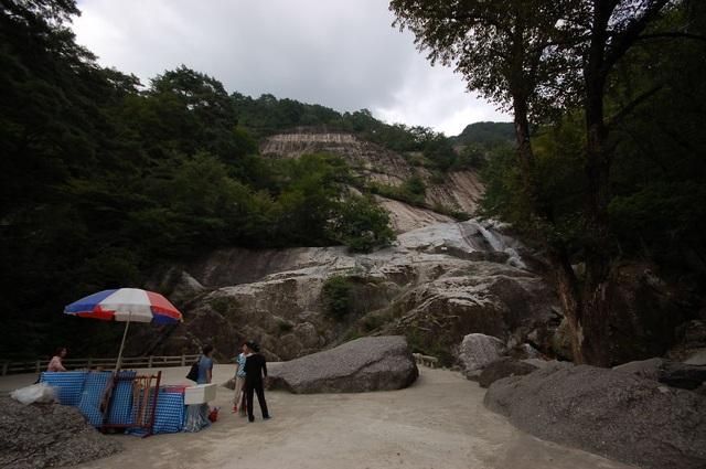 Cũng giống như nhiều điểm du lịch khác, khu vực có thác nước ở Triều Tiên cũng bày bán đồ lưu niệm và thực phẩm.