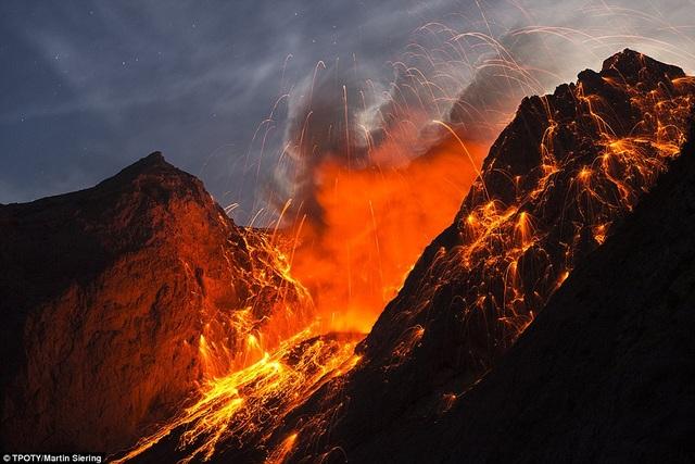"""Cảnh phun trào núi lửa được ghi tại núi Batu Tara trên đảo Komba, Indonesia, do nhiếp ảnh gia Martin Siering đến từ Đức, gây sự chú ý đặc biệt trong hạng mục """"Đất, biển và trời""""."""