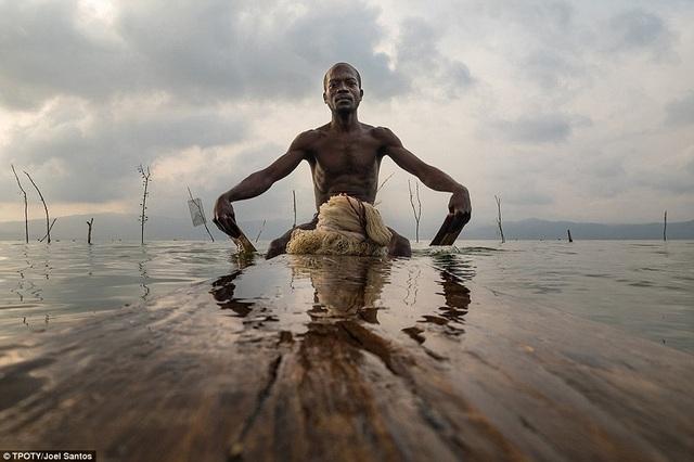 Nhiếp ảnh gia người Bồ Đào Nha Joel Santos ghi lại khoảnh khắc người ngư dân đánh cá trên hồ Bosumtwi, Ashanti, Ghana.