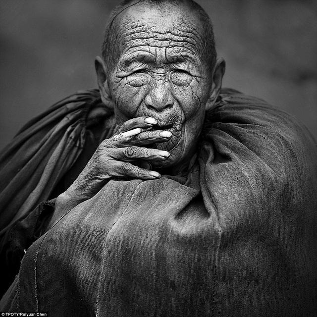 Ruiyuan Chen, nhiếp ảnh gia đến từ Trung Quốc, là người giành chiến thắng với bức hình chân dung một người dân thuộc dân tộc Yi. Đây là tộc người sống ở dãy núi Daliang, Tứ Xuyên, Trung Quốc.