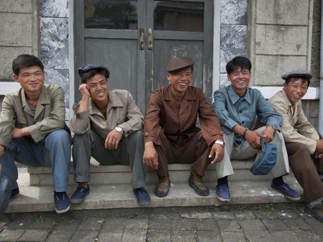Các diễn viên quần chúng nghỉ ngơi sau một cảnh quay