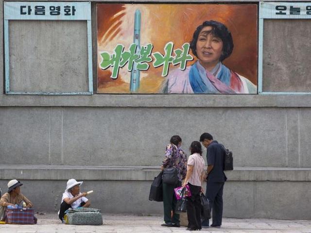 Một tấm áp phích quảng cáo phim trên đường phố ở Bình Nhưỡng