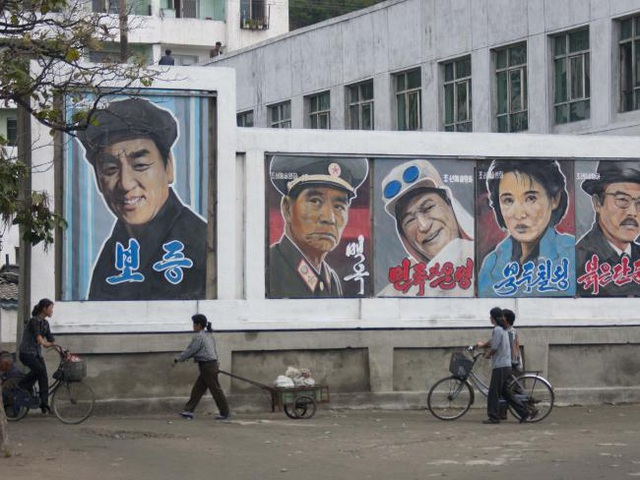 Ở những vùng quê nghèo, thậm chí, những tấm áp phích quảng cáo có thể tồn tại trong nhiều thập kỷ