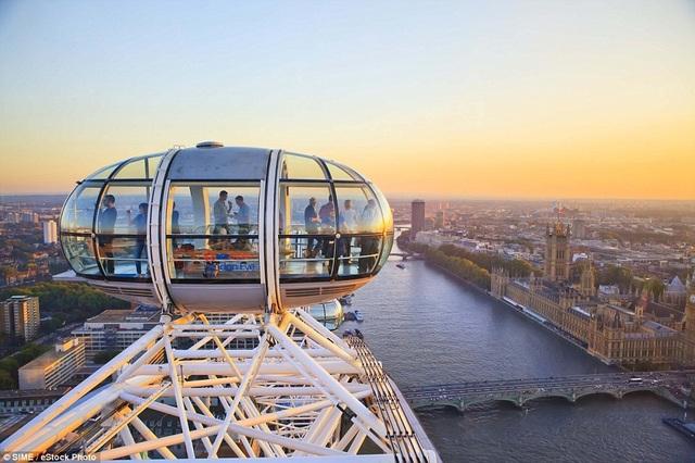 Mùa hè của sự yêu thương. Du khách có thể thưởng thức ly rượu vang hay sâm banh từ góc nhìn trên cao, thả tầm mắt trong khung cảnh hoàng hôn của thủ đô nước Anh tại vòng quay Thiên niên kỷ. Đây là vòng quay quan sát khổng lồ, cao 135m, nằm bên bờ sông Thames.