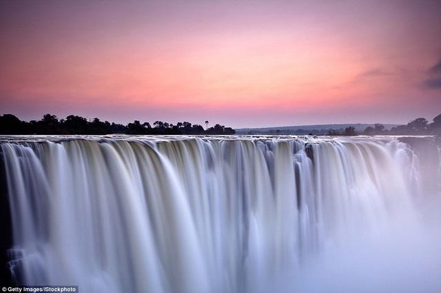 Không hổ danh là một trong những thác nước đẹp và hùng vỹ nhất thế giới, thác Victoria nằm tại biên giới Zambia và Zimbabwe mê hoặc vào thời điểm hoàng hôn.