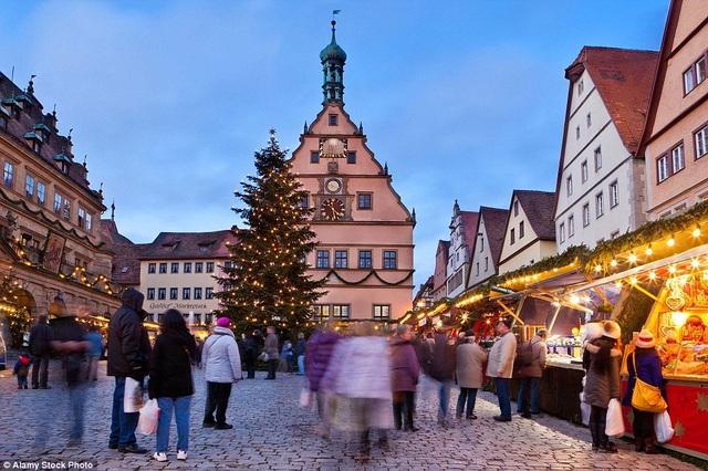 Những con đường rải sỏi với không khí Giáng sinh tràn ngập quanh khu chợ Rothenburg, Đức, đưa các cặp đôi yêu thích trải nghiệm được cùng nhau khám phá trong mùa đông.