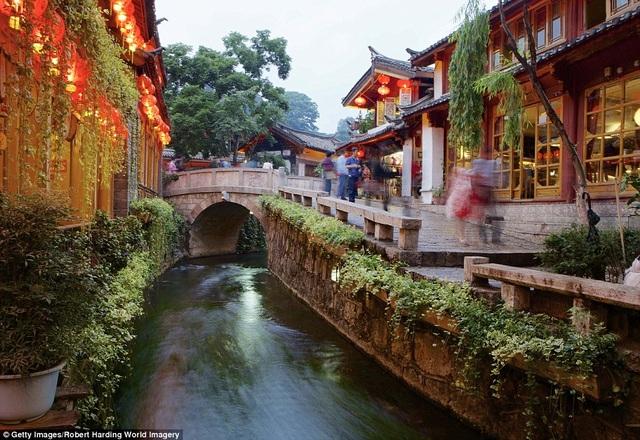 Muốn tạm quên đi sự xô bồ nhộn nhịp chốn đô thị, hãy về Lệ Giang, Vân Nam, Trung Quốc, chìm trong sự bình yên với nhiều nét đẹp cổ xưa. Hàng kênh rạch ở Lệ Giang khi đêm xuống được thắp sáng bởi những chiếc đèn lồng rực rỡ. Là một trong những Di sản Văn hóa Thế giới được UNESCO công nhận, Lệ Giang của ngày nay vẫn im đậm màu sắc cổ kính, toát lên từ dòng kênh, tới những nếp nhà xưa, lối sống của người dân.