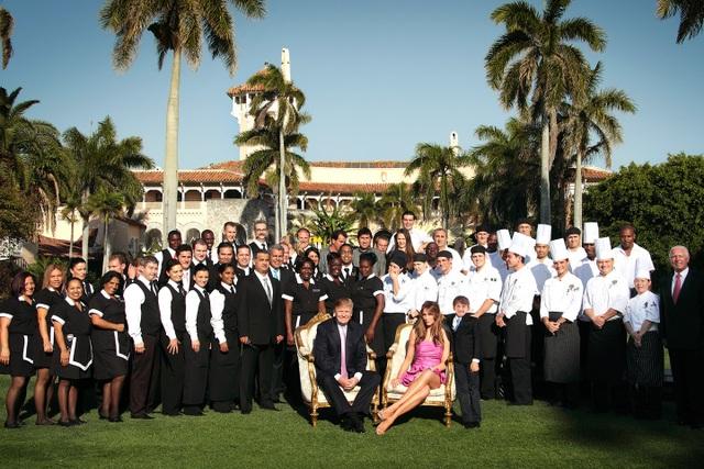 Gia đình ông Trump chụp hình cùng đội ngũ nhân viên trong khu nghỉ dưỡng