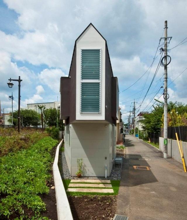 Nằm trên mảnh đất hình tam giác, căn nhà thoạt đầu khiến người ta có cảm giác chật chội