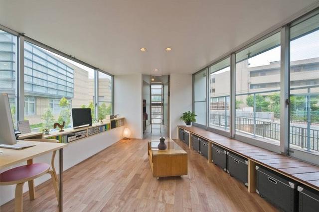 Phòng khách với những ô cửa sổ lớn, tận dụng tối đa nguồn sáng tự nhiên