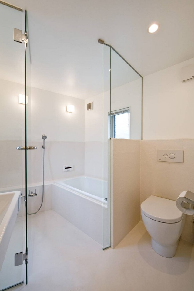 Nhà vệ sinh cùng phòng tắm với tông màu trắng chủ đạo