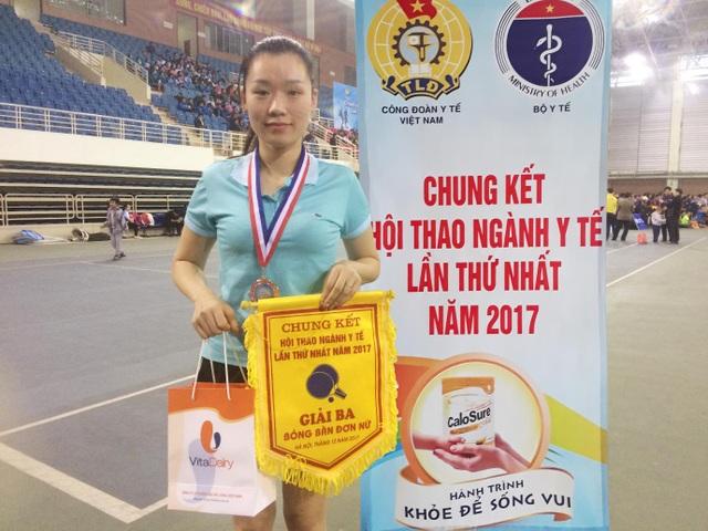 Chị Nguyễn Ngọc Hân (Sở Y tế Hòa Bình) vui mừng khi nhận được giải thưởng từ Ban tổ chức và nhà tài trợ VitaDairy