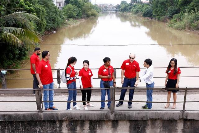 Các nhà lãnh đạo tương lai của Dow cùng các thành viên nhóm nghiên cứu tham gia thực địa tại Đồng Bông, Cầu Noi và cống Liên Mạc