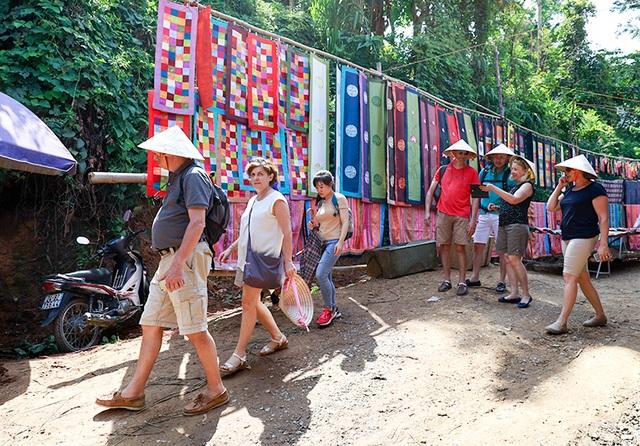 Chợ họp ngoài trời cùng với sắc màu thổ cẩm, người dân thân thiện hiền hòa là những yếu tố thu hút khách du lịch.
