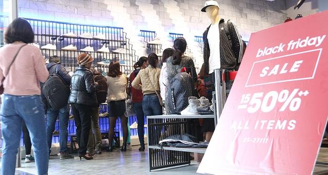 Tại một trung tâm thương mại lớn ở Hà Nội, hầu hết các shop quần áo trong trung tâm cũng treo biển giảm giá tới 50%. Tuy nhiên, tại các trung tâm này thì số lượng khách hàng không đông như ở các cửa hàng mặt phố.