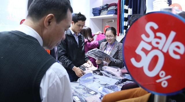 Bên trong một cửa hàng kinh doanh quần áo trên phố Giảng Võ có khá đông người đến mua hàng. Các sản phẩm được khách hàng lựa chọn chủ yếu là áo sơmi, áo len...