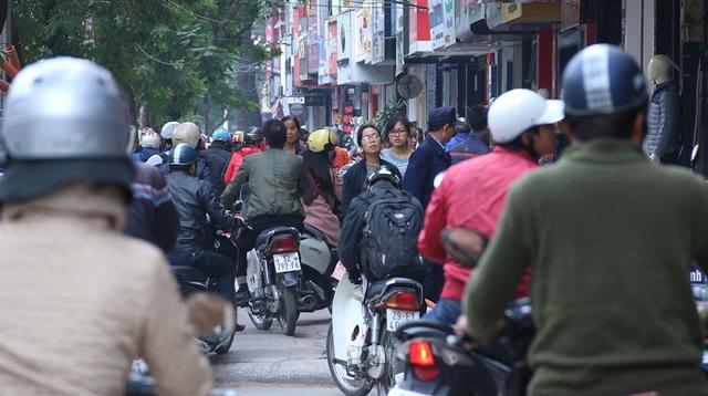 Vỉa hè phố Chùa Bộc sáng ngày thứ Sáu, ngày Black Friday theo phương Tây.