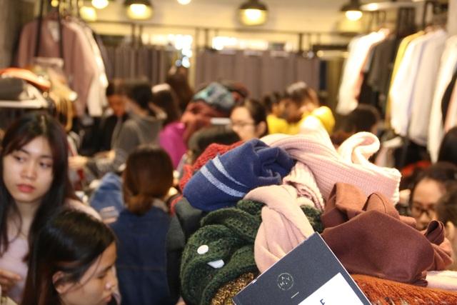 Một cửa hàng chuyên kinh doanh quần áo nữ trên phố Thái Hà. Bên trong cửa hàng có rất đông các bạn nữ tới mua hàng, tuy nhiên cửa hàng này lại giảm giá không nhiều.