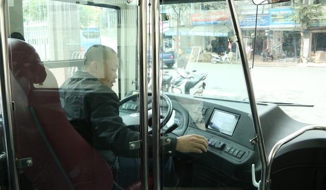 Tất cả các tài xế đều phải tập luyện thuần thục dưới sự giám sát của giáo viên. Xe được trang bị hộp số tự động, nhiều chi tiết điều khiển hiện đại, tuy mất công làm quen nhưng về lâu dài sẽ giúp tài xế bớt mệt mỏi khi điều khiển xe trên thực tế.