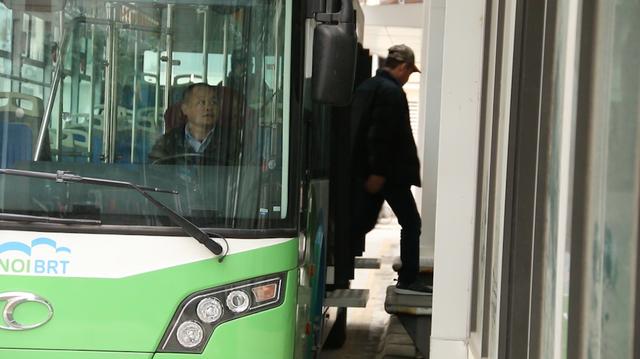 Trong những ngày đào tạo lái xe buýt nhanh BRT, lần lượt tất cả các tài xế đều phải trải qua các bài luyện điều khiển. Việc lái xe vào nhà chờ cũng không hề đơn giản khi xe cồng kềnh và phải qua những khúc cua hẹp. Việc điều khiển xe khớp nối với cầu đón khách cũng đòi hỏi tài xế xử lý chính xác, khá phức tạp.