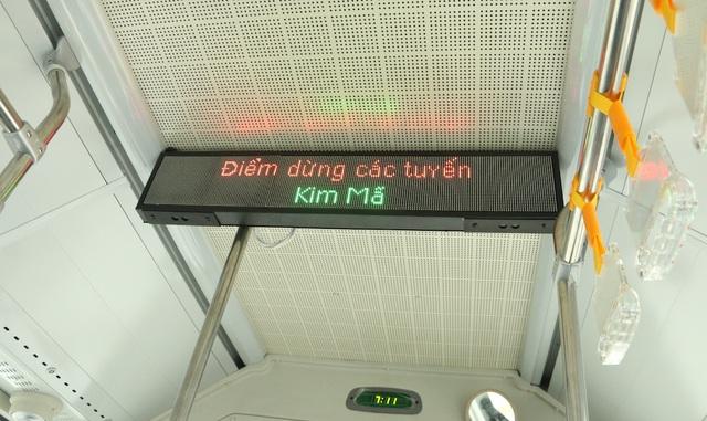 Trên xe có bảng điện tử thông báo các điểm dừng trên lộ trình.
