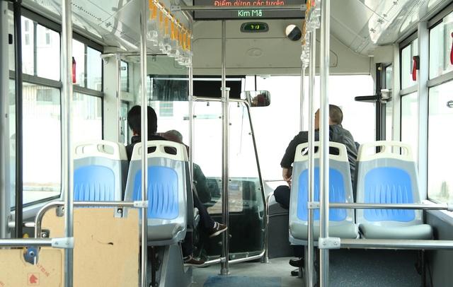 Nhiều ngày qua, các tài xế sắp được giao nhiệm vụ điều khiển buýt nhanh BRT miệt mài luyện tập điều khiển xe vào nhà chờ Kim Mã (Đống Đa, Hà Nội). Chủng loại xe sử dụng cho tuyến này có nhiều chi tiết kỹ thuật hiện đại nên tài xế không tránh khỏi những bỡ ngỡ ban đầu.