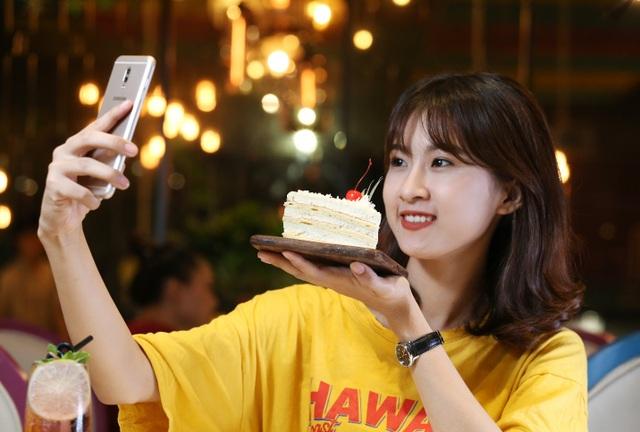 Ngay từ khi ra mắt vào 14/10 năm ngoái, model đã xếp vị trí thứ 4 trong top 10 smartphone bán chạy nhất Việt Nam dịp sát Tết. Giới chuyên gia dự đoán, doanh số Galaxy J7+ sẽ bứt lên vị trí số một, sau tín hiệu giảm giá đến 1,4 triệu đồng của hãng công nghệ Hàn Quốc, nhằm tiệm cận gần hơn túi tiền của người dùng tầm trung.