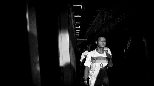 Tấm ảnh cực kỳ đắt giá trên trang chủ của FIFA, lột tả toàn diện hành trình của đội tuyển futsal Việt Nam tại World Cup: Bước ra từ bóng tối