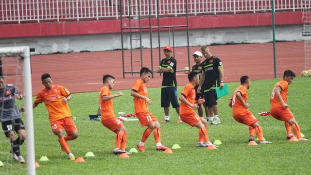 Các cầu thủ được chia từng tổ để kiểm tra thể lực