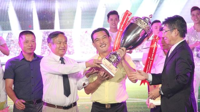 Hà Nội T&T với chiếc cúp vô địch V-League