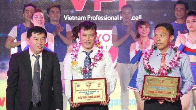 Danh hiệu gây tranh cãi nhất mùa giải: còi vàng dành cho trọng tài Nguyễn Ngọc Châu (bìa phải)