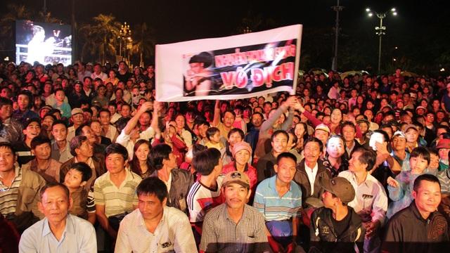 Đông đảo người hâm mộ thưởng thức các trận đấu của Đấu trường thép