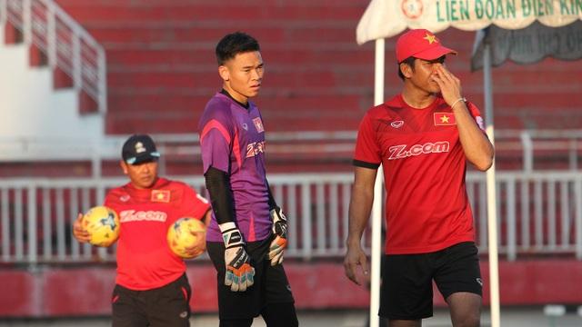 Trợ lý thủ môn Võ Văn Hạnh truyền kinh nghiệm cho đàn em Nguyên Mạnh