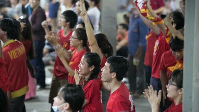 Bùng nổ khi Công Vinh ấn định chiến thắng 2-1 cho đội tuyển Việt Nam