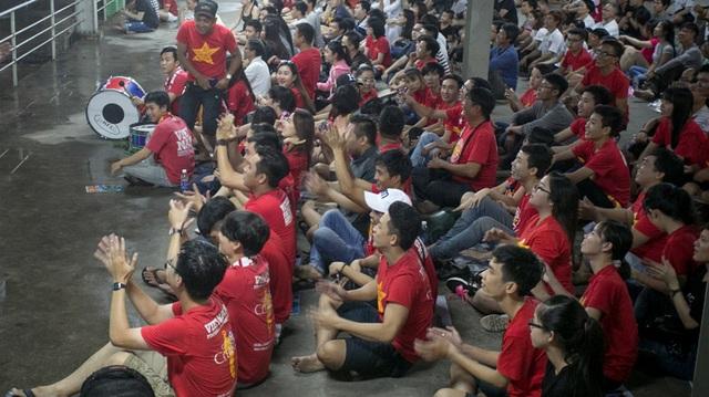 Bất chấp cơn mưa nặng hạt, rất đông CĐV vẫn đến với các tụ điểm công cộng để cổ vũ cho đội tuyển Việt Nam