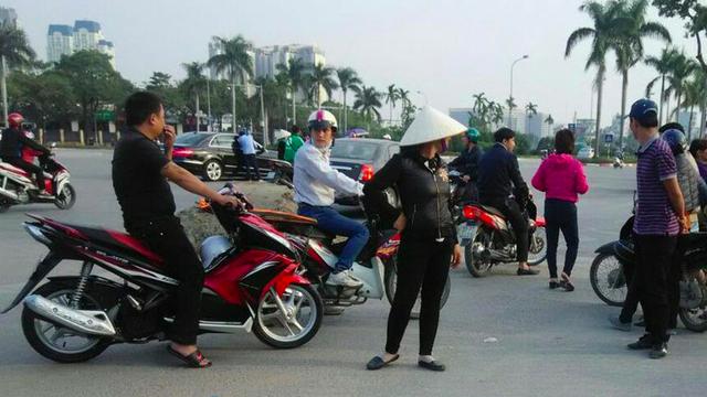 Hình ảnh một góc dân phe chào mới bán vé trước sân Mỹ Đình trên báo Indonesia