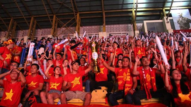 Trước giờ bóng lăn, nhiều người đã mang cả cúp giả đến sân Quân khu 7 (TPHCM) để gửi gắm thông điệp chiến thắng đến đội tuyển Việt Nam