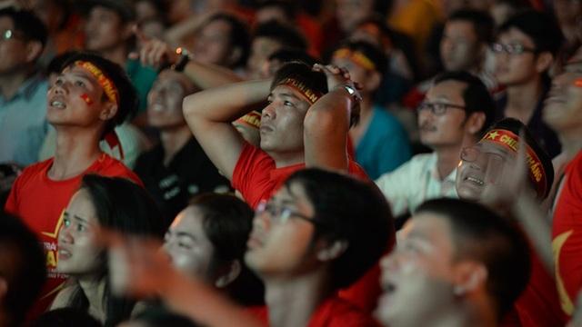 Cổ động viên khóc như mưa sau thất bại của đội tuyển Việt Nam - 5