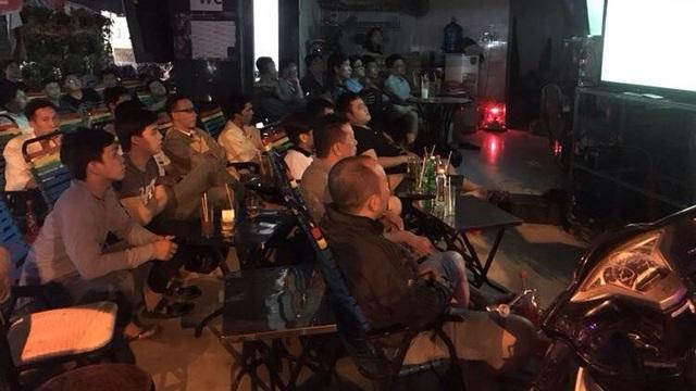 Có cảm giác nhiều hoạt động của TPHCM như tạm lắng, người hâm mộ nín thở theo dõi đội tuyển qua màn ảnh truyền hình