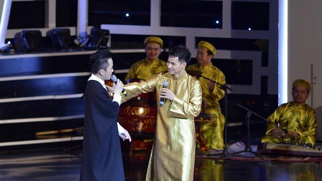Màn trò chuyện thú vị của Tùng Dương và MC Xuân Bắc trên sân khấu.