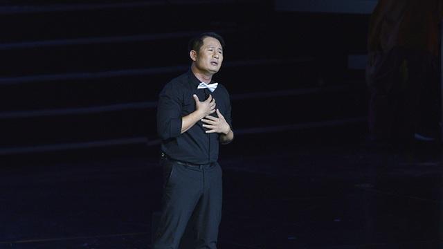 Bằng Kiều hát ca ngợi công ơn đấng sinh thành sau khi tiểu phẩm kết thúc khiến khán giả xúc động.